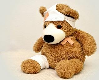 Foto eines Teddybären mit verbundenem Kopf zur Informationssicherheit für Krankenhäusern und Kliniken